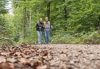 Waldspaziergang im Oktober  Vater und Tochter