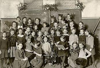 Maedchenklasse  Weihnachtsfeier in der Schule  1922