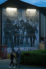 Grossbritannien  Derry - Katholisches Wandbild im Stadtteil Bogside  das an den irischen Freiheitskampf gegen die Briten erinnert