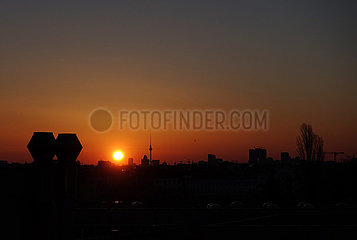 Berlin  Deutschland  Sonnenaufgang ueber der City Ost