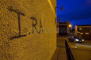 Grossbritannien  Derry - IRA-Graffiti an einer Wand  Arbeitersiedlung im katholischen Stadtteil Bogside