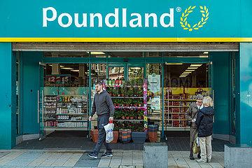 Grossbritannien  Derry - Fililale der Billigkette Poundland  die die meisten Waren fuer je ein Pfund Sterling verkauft