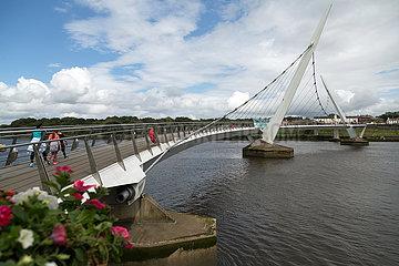 Grossbritannien  Derry - The Peace Bridge (finanziert durch EU  geoeffnet 2011)  Symbol fuer Verstaendigung zwischen Nationalisten und Unionisten