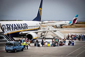 Reisende Touristen auf dem Flughafen Rhodos