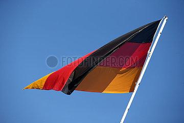 Hoppegarten  Deutschland  Nationalfahne der Bundesrepublik Deutschland haengt schlaff im Wind