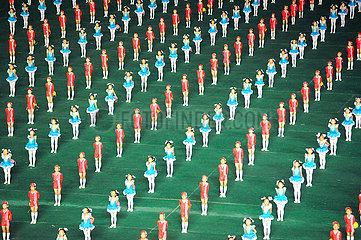Pjoengjang  Nordkorea  Choreografie und Darbietung mit Taenzern und Akrobaten beim Arirang-Festival und Massenspiele