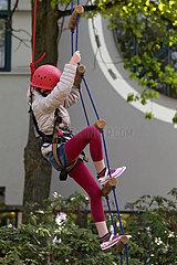 Hannover  Deutschland  Kind klettert gesichert eine Strickleiter hinauf
