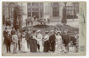 Kurgaeste bei der Trinkkur  Wiesbaden  1902