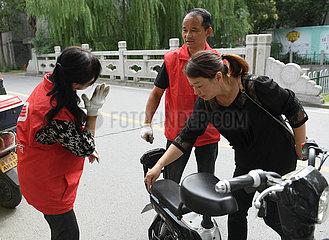 CHINA-ZHEJIANG-HUZHOU-Taubstummer COUPLE FAHRZEUG MAINTENANCE STAND (CN)