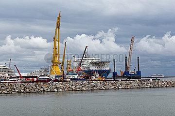 Sassnitz  Ruegen  Mecklenburg-Vorpommern  Deutschland - Faehrhafen Mukran mit russischem Verlegeschiff Akademik Tscherski in Sassnitz.