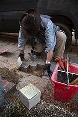 Deutschland  Bremen - Stolperstein eines Euthanasieopfers wird verlegt. Stolpersteine geben in ganz Deutschland Deportierten der Nazizeit an ihrem frueherem Wohnort einen Namen