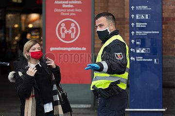 Deutschland  Bremen - Mitarbeiter des Ordnungsamt Bremen machen Buerger auf neue Maskenpflicht am Bahnhofsvorplatz aufmerksam