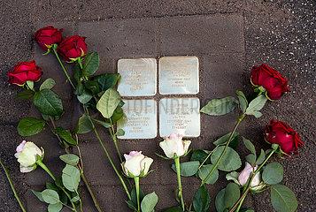 Deutschland  Bremen - Frisch verlegter Stolperstein fuer juedische Deportierte der Nazizeit. Stolpersteine geben in ganz Deutschland Deportierten an ihrem frueherem Wohnort einen Namen