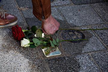 Deutschland  Bremen - Stolperstein frisch verlegt. Stolpersteine geben in ganz Deutschland Deportierten der Nazizeit an ihrem frueherem Wohnort einen Namen