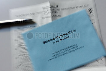 Berlin  Deutschland  Stimmzettel und blauer Stimmzettelumschlag fuer eine Briefwahl