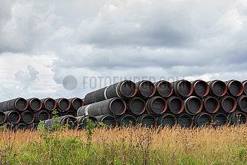 Sassnitz  Ruegen  Mecklenburg-Vorpommern  Deutschland - Rohre  die fuer die Gaspipeline Nord Stream 2 benoetigt werden  lagern im Faehrhafen Mukran in Sassnitz.