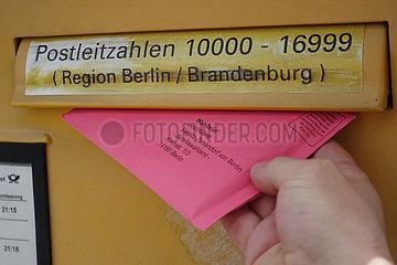 Berlin  Deutschland  Wahlbrief wird in einen Briefkasten der Post AG geworfen