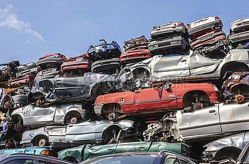 Altautos auf einem Schrottplatz  Bottrop  Nordrhein-Westfalen  Deutschland