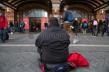 Deutschland  Bremen - Obdachloser bettelt am Hauptbahnhof. Durch Corona hat sich die Situation von Wohnungslosen verschaerft.