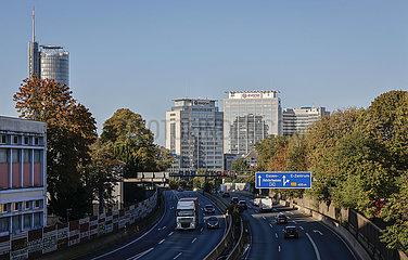 Essen Stadtansicht mit Autobahn A40  Evonik Hauptverwaltung und RWE Turm  Essen  Ruhrgebiet  Nordrhein-Westfalen  Deutschland