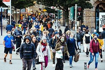 Zweite Covid-19 Welle: Die Masken sind zurueck in der Innenstadt
