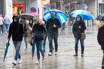 Regen und Maskenpflicht: Fußgängerzone und Viktualienmarkt fast verwaist