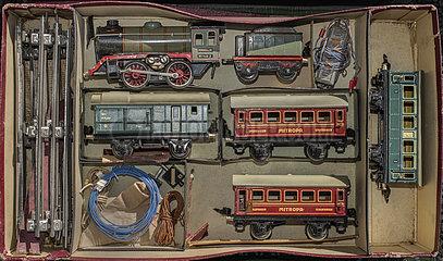 Maerklin Eisenbahn  Lokomotive und Waggons  1932