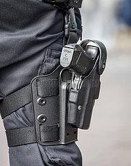 Polizist mit Dienstwaffe Walther P99 auf einer Anticorona Demo  Dortmund  Ruhrgebiet  Nordrhein-Westfalen  Deutschland
