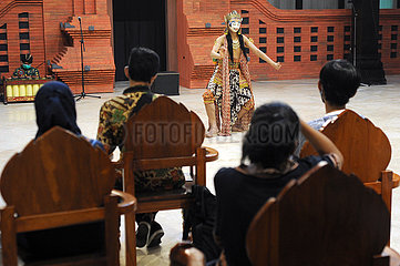 INDONESIEN-YOGYAKARTA-KLASSIK-MASK TANZ-PERFORMANCE