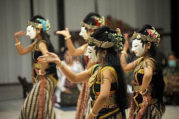 INDONESIEN-YOGYAKARTA-KLASSIK-MASK TANZ-PERFORMANCE INDONESIEN-YOGYAKARTA-KLASSIK-MASK TANZ-PERFORMANCE
