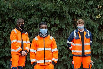Deutschland  Bremen - Auszubildende fuer Landschaftsgaertner mit Atmeschutzmasken