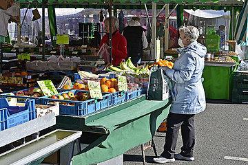 Deutschland  Nordrhein-Westfalen  Essen - Einkaufen auf einem Wochenmarkt waehrend der Coronapandemie