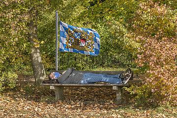 Mann mit Mundschutz  Pause auf Parkbank  Bayern  Oktober 2020