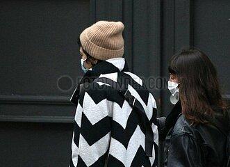 Zwei Frauen mit Mund-Nasen-Schutz