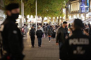 Polizei kontrolliert die Einhaltung der Maskenpflicht in der Münchner Fußgängerzone