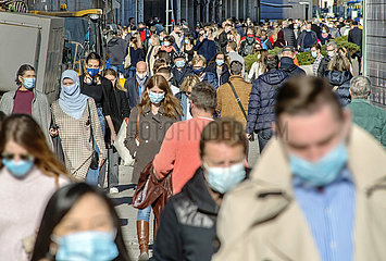 Passanten in der Muenchener Innenstadt  Maskenpflicht  Oktober 2020