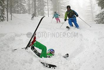 Krippenbrunn  Oesterreich  Junge ist beim Skifahren im Tiefschnee gestuerzt