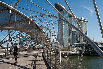 Singapur  Republik Singapur  Marina Bay Sands Hotel und Helix-Bruecke am Singapore River