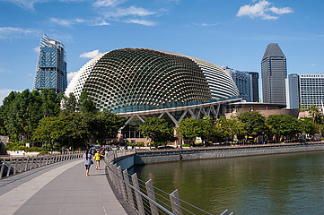 Singapur  Republik Singapur  Jubilee Bridge mit Esplanade Theatres in Marina Bay