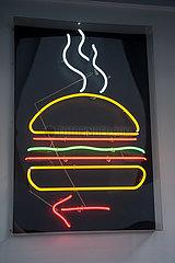Singapur  Republik Singapur  Leuchtendes Reklameschild mit einem Hamburger in einem Restaurant