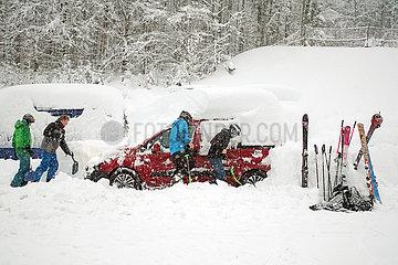 Krippenbrunn  Oesterreich  Skiurlauber befreien ihre eingeschneiten Autos von den Schneemassen