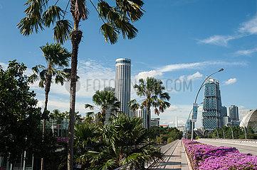 Singapur  Republik Singapur  Blick entlang Esplanade Drive auf die Skyline mit Hochhaeusern