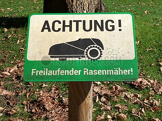 Warnung vor freilaufendem M‰hroboter | Warning of free-running robotic lawnmower
