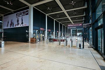 Schoenefeld  Brandenburg  Deutschland - Innenansicht Terminal 1 des Flughafen Berlin Brandenburg BER mit dem Zugang zur Sicherheitskontrolle.