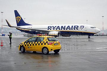 Krakau  Polen  Boeing 737 der Ryanair  Follow me-Car und Ramp Agent auf dem Vorfeld des Flughafen Johannes Paul II. Krakau-Balice