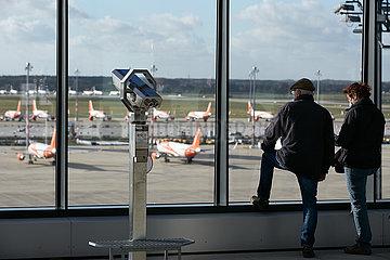 Schoenefeld  Brandenburg  Deutschland - Besucher auf der Besucherterrasse des Flughafen Berlin Brandenburg BER.