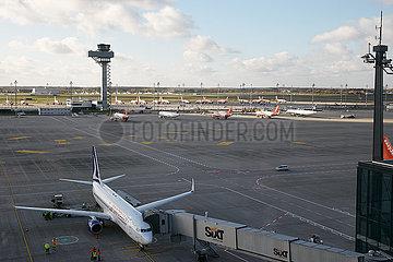 Schoenefeld  Brandenburg  Deutschland - Blick von der Besucherterrasse auf das Vorfeld des Flughafen Berlin Brandenburg BER.