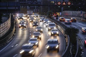 Autobahn A40 beim Feierabendverkehr mit Blick Richtung Essener Stadtzentrum  Essen  Nordrhein-Westfalen  Deutschland