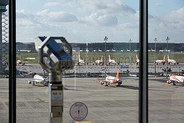 Schoenefeld  Brandenburg  Deutschland - Besucherterrasse und Vorfeld des Flughafen Berlin Brandenburg BER.