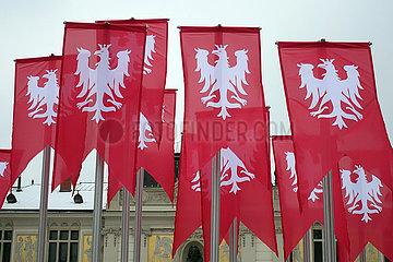 Krakau  Polen  Fahnen mit dem Wappen von Polen